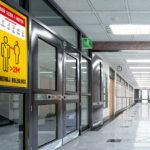 Plakat naklejka informacyjna koronawirus covid-19 w szkole